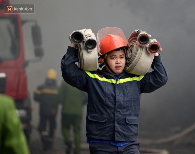 Hà Nội: Cháy lớn bãi rác rộng hơn 1.000m2 dưới chân cầu Thanh Trì, khói đen bao trùm cả bầu trời-3