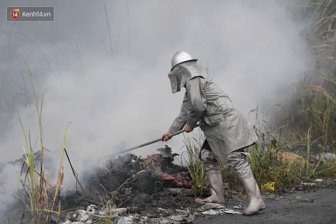 Hà Nội: Cháy lớn bãi rác rộng hơn 1.000m2 dưới chân cầu Thanh Trì, khói đen bao trùm cả bầu trời-5