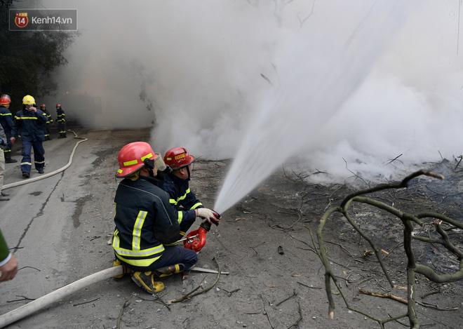 Hà Nội: Cháy lớn bãi rác rộng hơn 1.000m2 dưới chân cầu Thanh Trì, khói đen bao trùm cả bầu trời-6