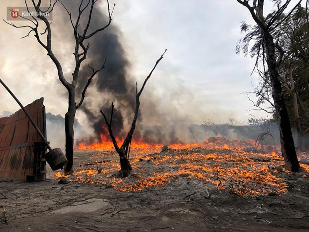 Hà Nội: Cháy lớn bãi rác rộng hơn 1.000m2 dưới chân cầu Thanh Trì, khói đen bao trùm cả bầu trời-7