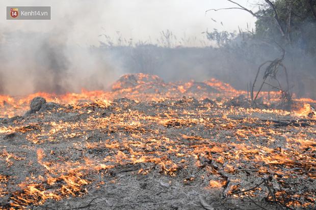 Hà Nội: Cháy lớn bãi rác rộng hơn 1.000m2 dưới chân cầu Thanh Trì, khói đen bao trùm cả bầu trời-8