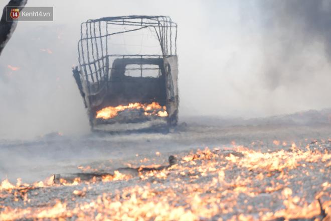 Hà Nội: Cháy lớn bãi rác rộng hơn 1.000m2 dưới chân cầu Thanh Trì, khói đen bao trùm cả bầu trời-9