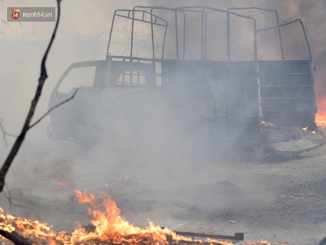 Hà Nội: Cháy lớn bãi rác rộng hơn 1.000m2 dưới chân cầu Thanh Trì, khói đen bao trùm cả bầu trời-10