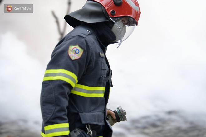 Hà Nội: Cháy lớn bãi rác rộng hơn 1.000m2 dưới chân cầu Thanh Trì, khói đen bao trùm cả bầu trời-13