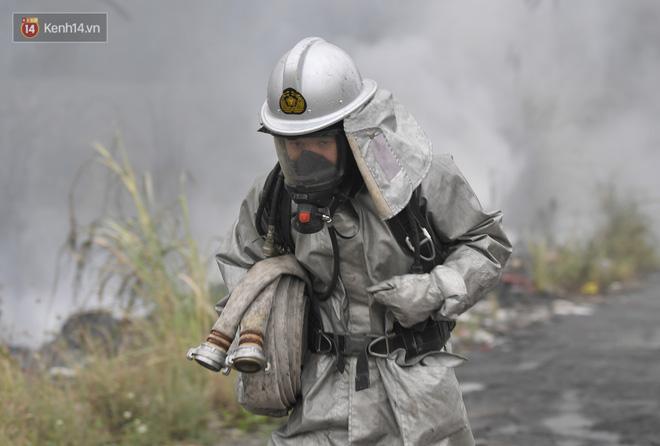 Hà Nội: Cháy lớn bãi rác rộng hơn 1.000m2 dưới chân cầu Thanh Trì, khói đen bao trùm cả bầu trời-14