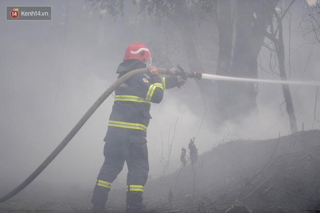 Hà Nội: Cháy lớn bãi rác rộng hơn 1.000m2 dưới chân cầu Thanh Trì, khói đen bao trùm cả bầu trời-15