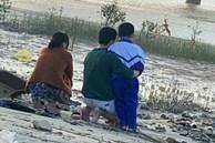 Vợ ôm con 14 tháng tuổi nghi nhảy cầu ở Nghệ An: Xót xa hình ảnh người chồng quỳ gối bên sông chờ đợi