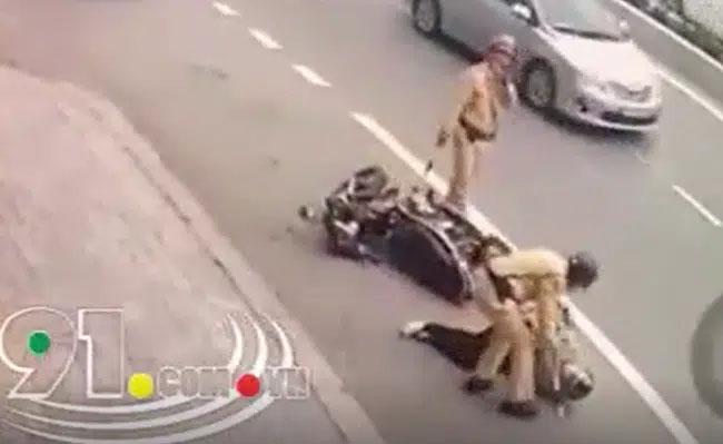 Clip: Kinh hoàng khoảnh khắc xe bồn chạy ẩu tông suýt chết người đàn ông đi xe máy rồi bỏ chạy, đúng lúc CSGT xuất hiện cùng loạt hành động khiến dân mạng thả tim rần rần-1