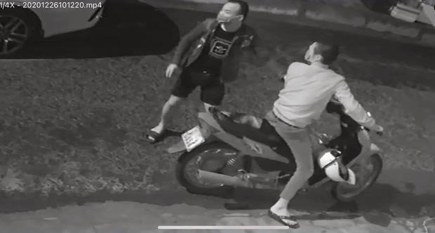 2 thanh niên ngáo đá đập phá hàng chục ô tô ở Đà Nẵng-1