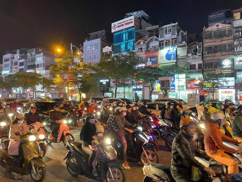 Dân đổ ra đường đi chơi: Grab, Be tăng giá gấp đôi taxi truyền thống-2