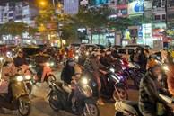 Dân đổ ra đường đi chơi: Grab, Be tăng giá gấp đôi taxi truyền thống
