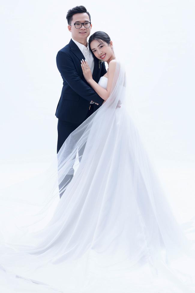 Á hậu Thúy An chính thức tung ảnh cưới đẹp như mơ cùng chồng tiến sĩ, công bố ngày lên xe hoa-3