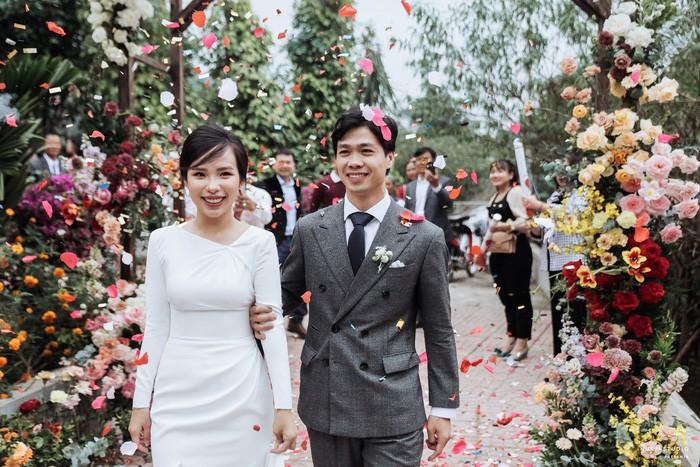 Chọn đúng khoảnh khắc đón năm mới 2021, Công Phượng đăng loạt ảnh cưới đẹp lung linh-1