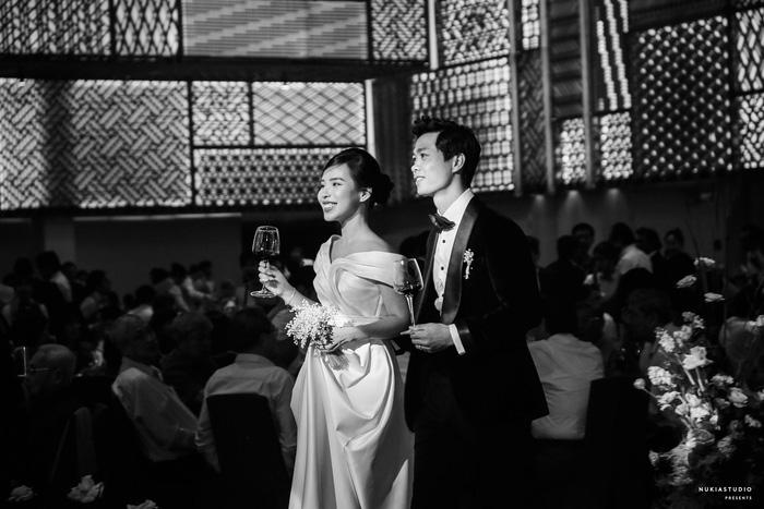Chọn đúng khoảnh khắc đón năm mới 2021, Công Phượng đăng loạt ảnh cưới đẹp lung linh-12