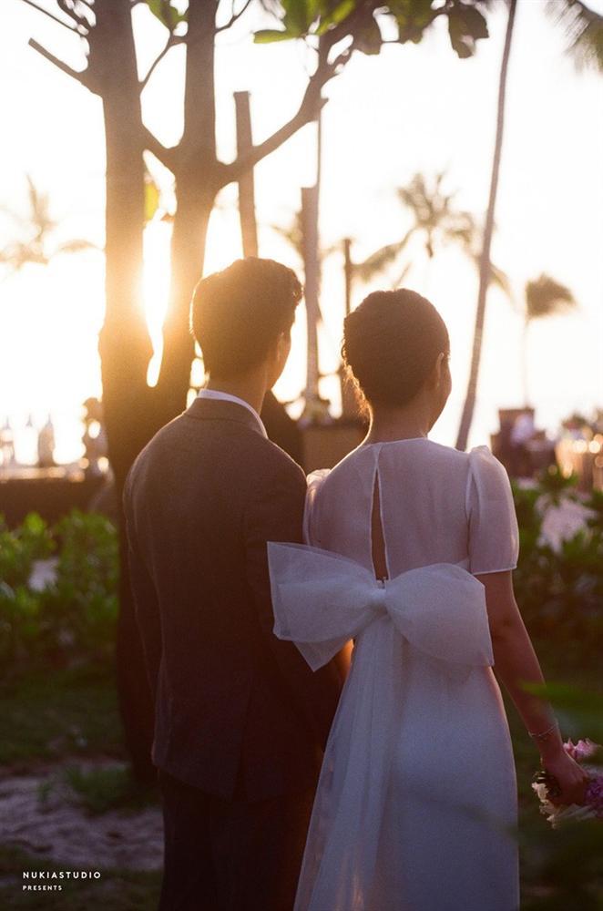 Chọn đúng khoảnh khắc đón năm mới 2021, Công Phượng đăng loạt ảnh cưới đẹp lung linh-2