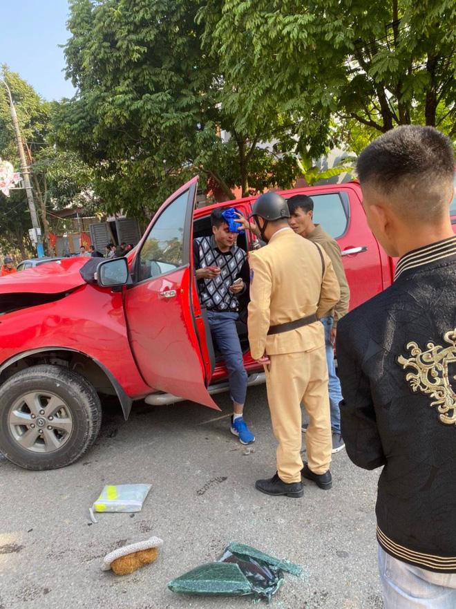 Khoảnh khắc xe bán tải gây tai nạn liên hoàn, người đi đường bịt tai vì âm thanh quá khủng khiếp-2