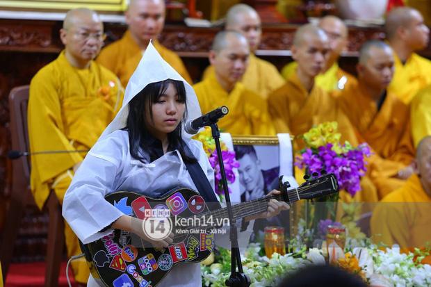 Clip con gái Vân Quang Long khóc lạc giọng hát tiễn biệt cha, khiến vợ Ưng Hoàng Phúc và dàn sao rơi nước mắt-2