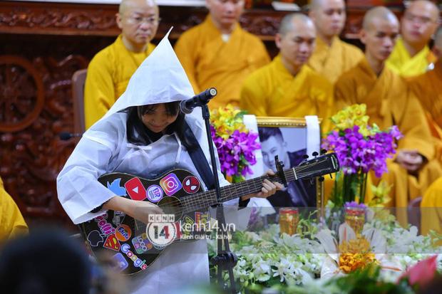 Clip con gái Vân Quang Long khóc lạc giọng hát tiễn biệt cha, khiến vợ Ưng Hoàng Phúc và dàn sao rơi nước mắt-3