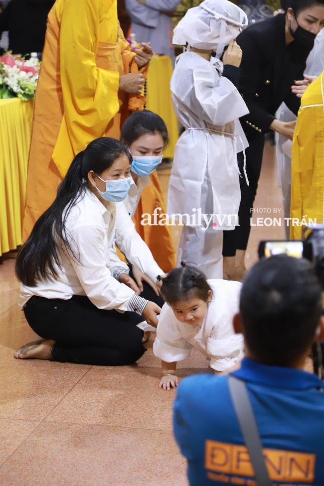 Nhói lòng trước gương mặt ngây thơ, hồn nhiên khóc cười của con gái 2 tuổi trong tang lễ ca sĩ Vân Quang Long-1