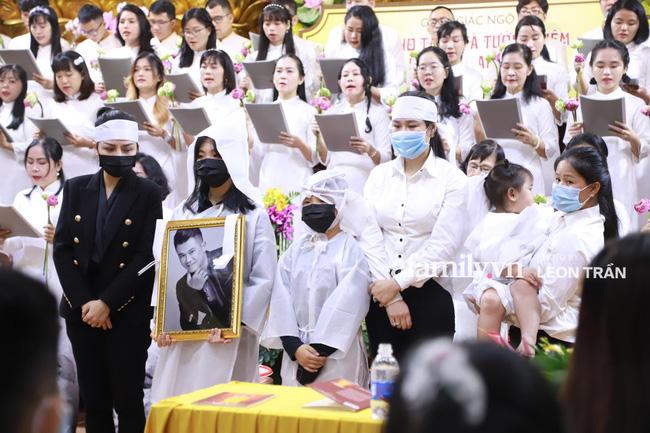 Nhói lòng trước gương mặt ngây thơ, hồn nhiên khóc cười của con gái 2 tuổi trong tang lễ ca sĩ Vân Quang Long-3