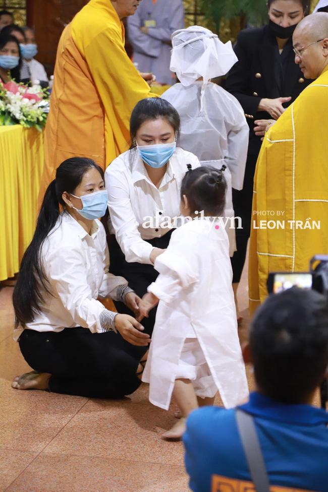 Nhói lòng trước gương mặt ngây thơ, hồn nhiên khóc cười của con gái 2 tuổi trong tang lễ ca sĩ Vân Quang Long-2