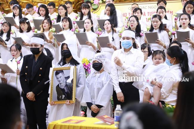 Nhói lòng trước gương mặt ngây thơ, hồn nhiên khóc cười của con gái 2 tuổi trong tang lễ ca sĩ Vân Quang Long-4