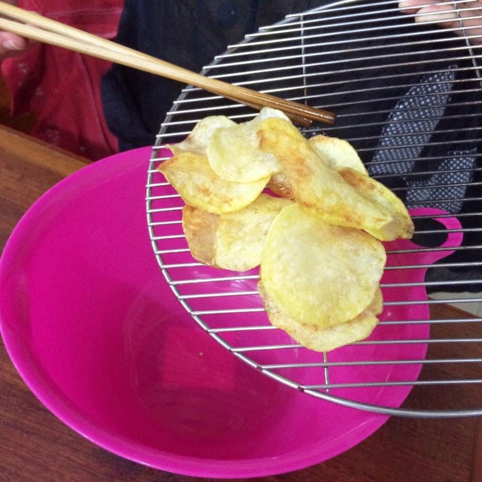 Hóa ra bí kíp làm snack khoai tây chiên phô mai giòn rụm ngon khó cưỡng lại là thứ nguyên liệu mà nhà ai cũng có-9