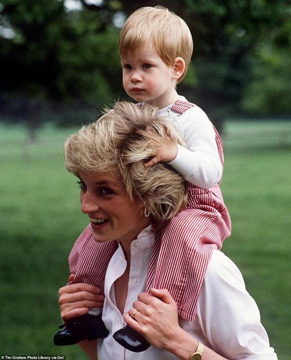 Ngay ngày đầu năm mới 2021, nhà Meghan Markle đã làm bùng nổ truyền thông bằng tấm hình Công nương Diana khi ra mắt trang web riêng-2