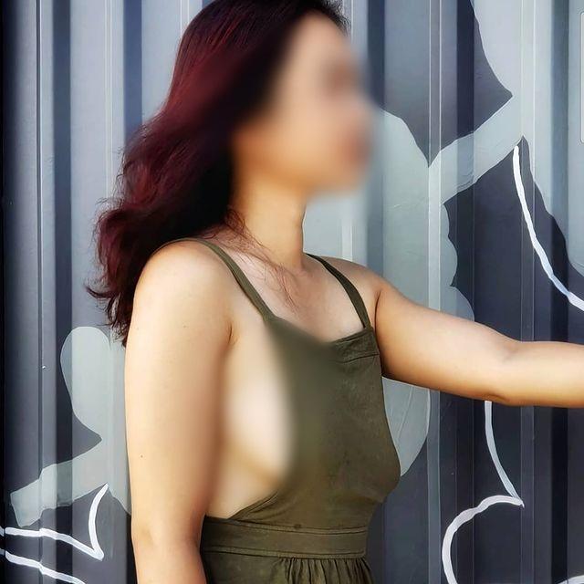 Người phụ nữ thả rông đi khắp Sài Gòn cùng chồng con lại tiếp tục mặc áo xuyên thấu khoe ngực trần tạo kiểu khó hiểu trước Đền Ngọc Sơn-3