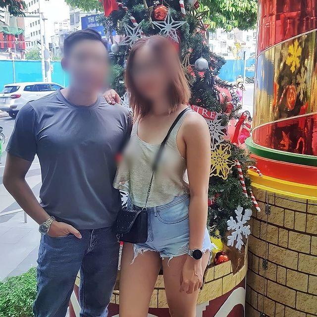Người phụ nữ thả rông đi khắp Sài Gòn cùng chồng con lại tiếp tục mặc áo xuyên thấu khoe ngực trần tạo kiểu khó hiểu trước Đền Ngọc Sơn-4