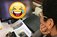 Thầy giáo chăm chú xem 1 thứ trên máy tính, nội dung khiến học sinh mếu máo ngay ngày đầu năm mới: Thế này là toang rồi!