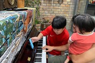 Lê Phương đăng ảnh cả nhà chào đón năm mới, nhưng bàn tay của Cà Pháo khiến ai cũng chú ý, khen gia đình khéo nuôi dạy con