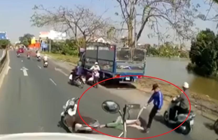 Thấy người đàn ông lê lết xin ăn giữa đường, thanh niên dừng xe có hành động thô bạo nhưng lại được nhiều người đồng tình-2