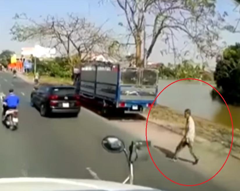 Thấy người đàn ông lê lết xin ăn giữa đường, thanh niên dừng xe có hành động thô bạo nhưng lại được nhiều người đồng tình-3