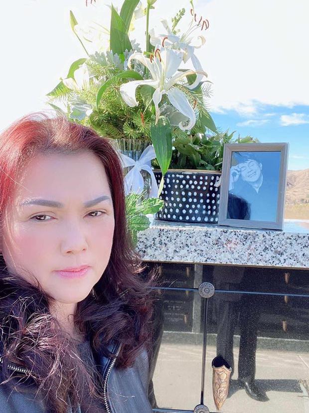 Ca sĩ Phương Loan cùng gia đình ra thăm mộ cố NS Chí Tài ngày đầu năm mới, thần sắc của cô gây chú ý-1