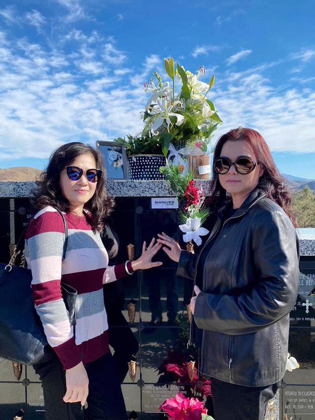 Ca sĩ Phương Loan cùng gia đình ra thăm mộ cố NS Chí Tài ngày đầu năm mới, thần sắc của cô gây chú ý-2
