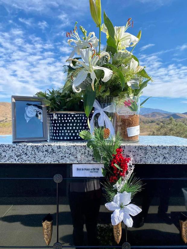 Ca sĩ Phương Loan cùng gia đình ra thăm mộ cố NS Chí Tài ngày đầu năm mới, thần sắc của cô gây chú ý-3