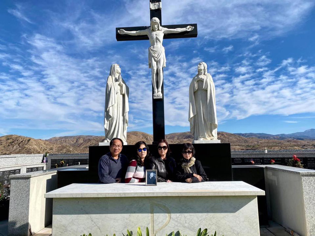 Ca sĩ Phương Loan cùng gia đình ra thăm mộ cố NS Chí Tài ngày đầu năm mới, thần sắc của cô gây chú ý-5