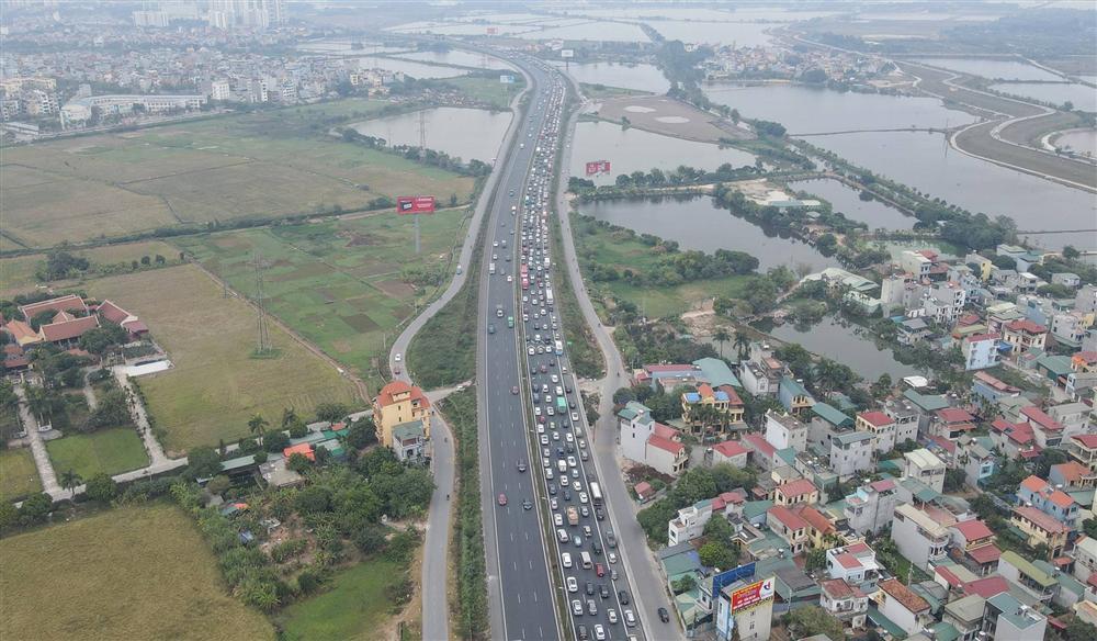 Chùm ảnh: Người dân lỉnh kỉnh đồ đạc quay lại Hà Nội sau kỳ nghỉ Tết, khu vực cửa ngõ Thủ đô kẹt cứng gần chục cây số-1