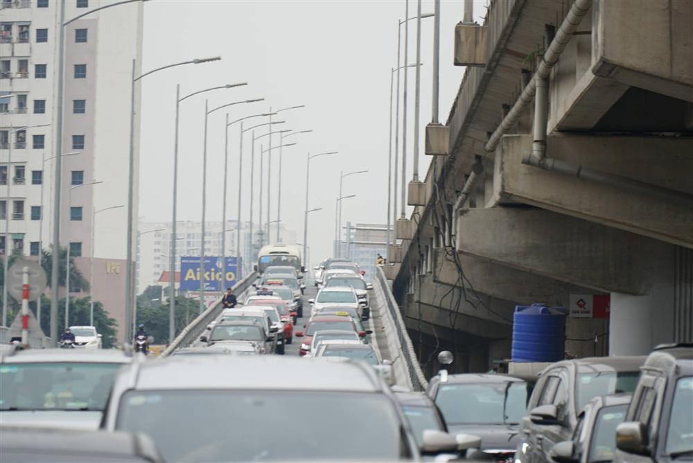 Chùm ảnh: Người dân lỉnh kỉnh đồ đạc quay lại Hà Nội sau kỳ nghỉ Tết, khu vực cửa ngõ Thủ đô kẹt cứng gần chục cây số-4