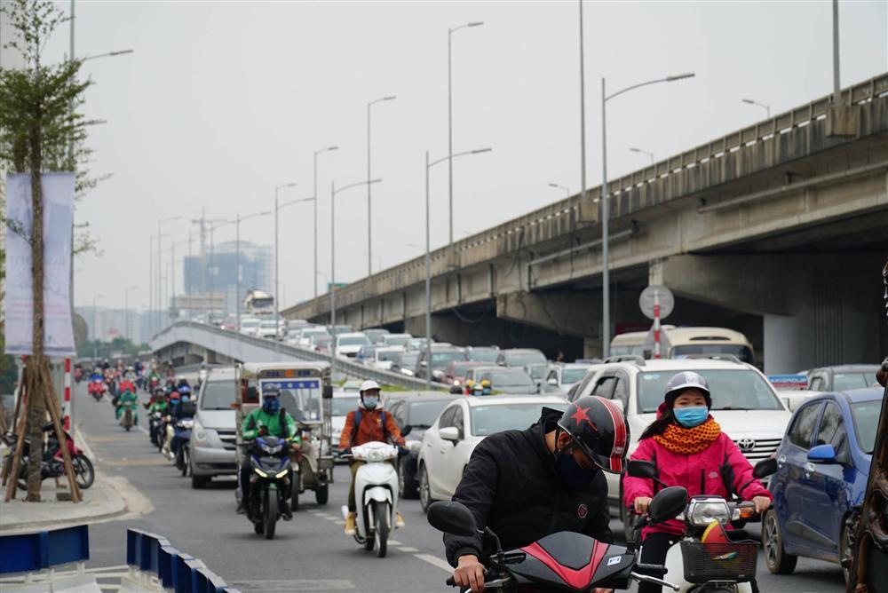 Chùm ảnh: Người dân lỉnh kỉnh đồ đạc quay lại Hà Nội sau kỳ nghỉ Tết, khu vực cửa ngõ Thủ đô kẹt cứng gần chục cây số-6