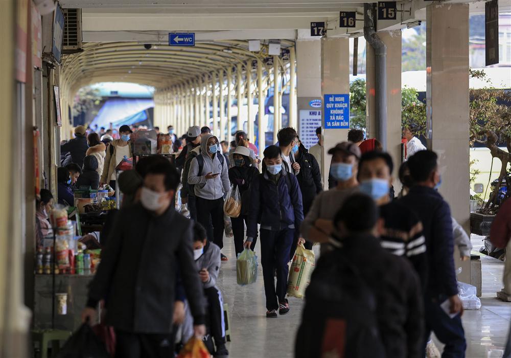 Chùm ảnh: Người dân lỉnh kỉnh đồ đạc quay lại Hà Nội sau kỳ nghỉ Tết, khu vực cửa ngõ Thủ đô kẹt cứng gần chục cây số-10