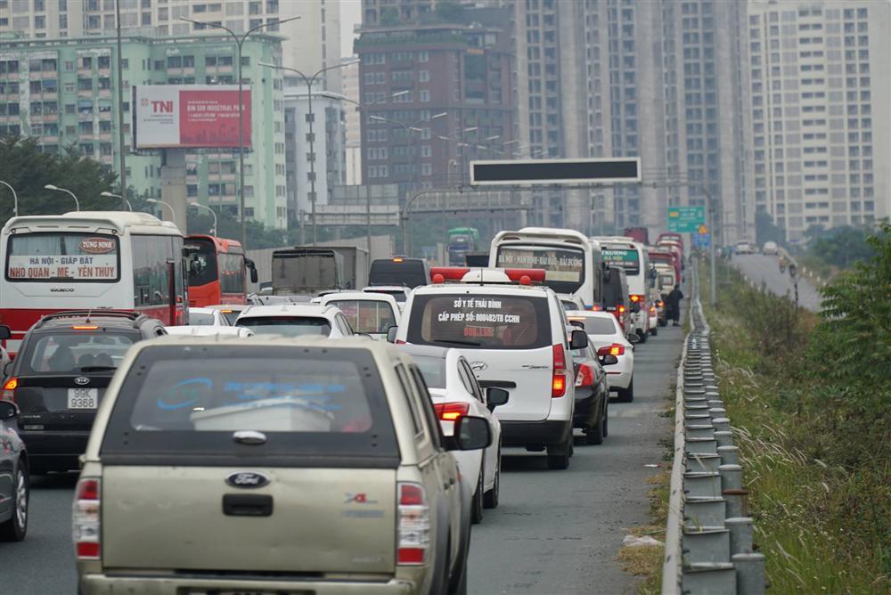 Chùm ảnh: Người dân lỉnh kỉnh đồ đạc quay lại Hà Nội sau kỳ nghỉ Tết, khu vực cửa ngõ Thủ đô kẹt cứng gần chục cây số-8