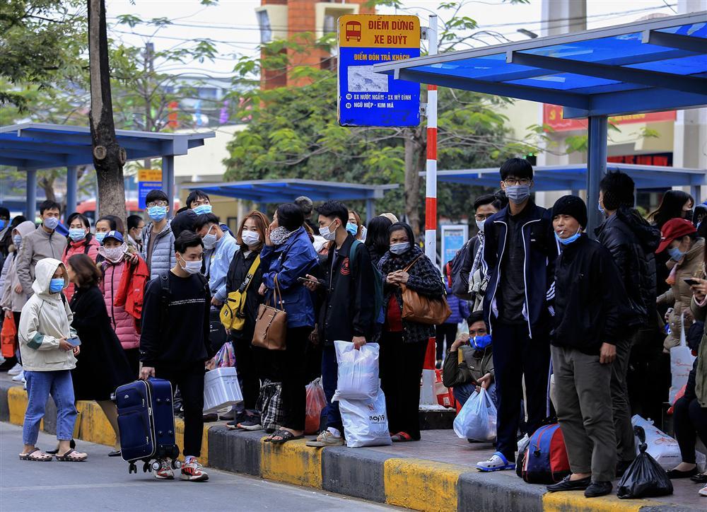 Chùm ảnh: Người dân lỉnh kỉnh đồ đạc quay lại Hà Nội sau kỳ nghỉ Tết, khu vực cửa ngõ Thủ đô kẹt cứng gần chục cây số-11