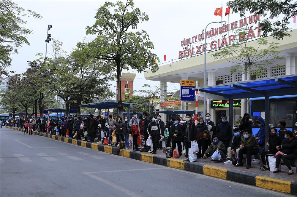 Chùm ảnh: Người dân lỉnh kỉnh đồ đạc quay lại Hà Nội sau kỳ nghỉ Tết, khu vực cửa ngõ Thủ đô kẹt cứng gần chục cây số-12