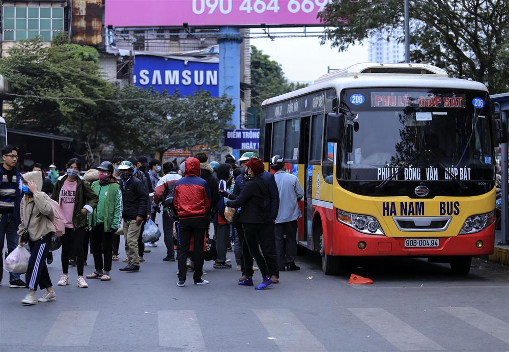 Chùm ảnh: Người dân lỉnh kỉnh đồ đạc quay lại Hà Nội sau kỳ nghỉ Tết, khu vực cửa ngõ Thủ đô kẹt cứng gần chục cây số-13