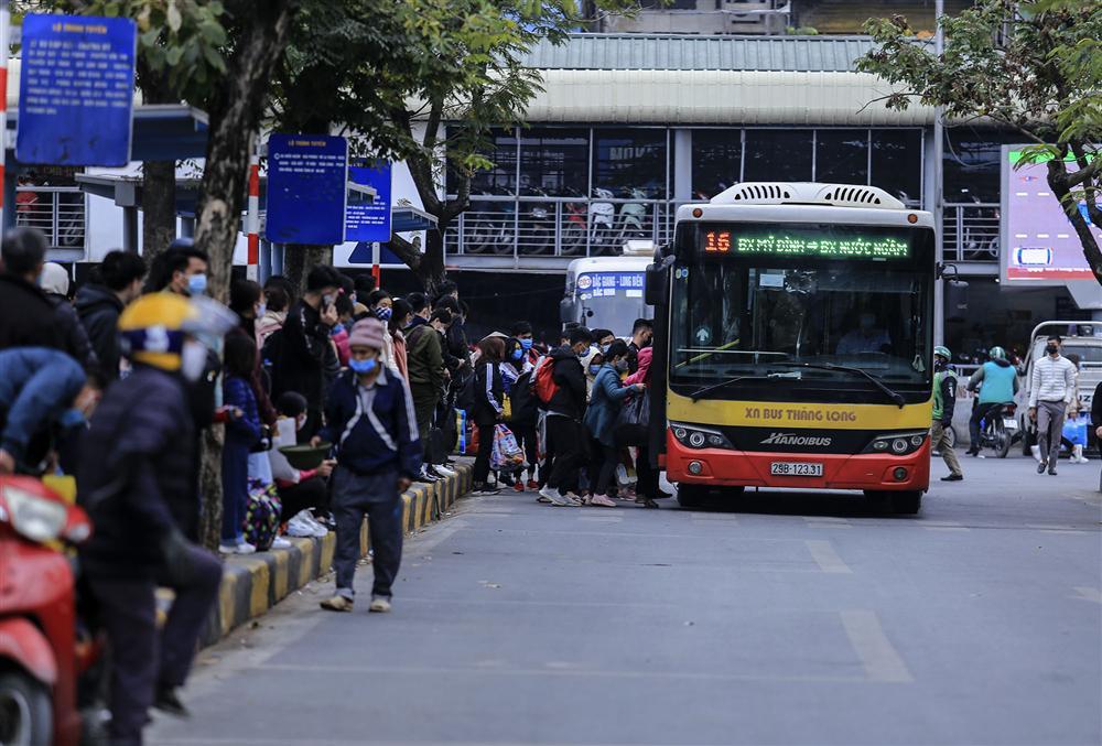 Chùm ảnh: Người dân lỉnh kỉnh đồ đạc quay lại Hà Nội sau kỳ nghỉ Tết, khu vực cửa ngõ Thủ đô kẹt cứng gần chục cây số-14