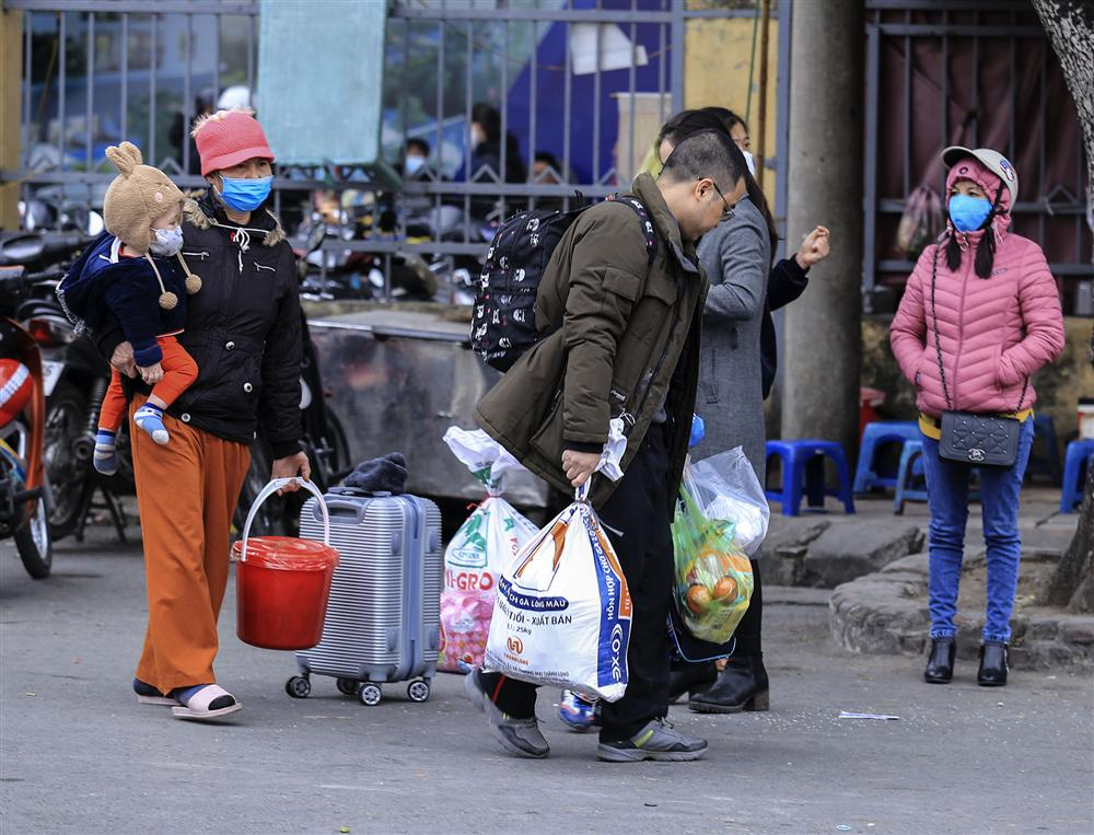Chùm ảnh: Người dân lỉnh kỉnh đồ đạc quay lại Hà Nội sau kỳ nghỉ Tết, khu vực cửa ngõ Thủ đô kẹt cứng gần chục cây số-16