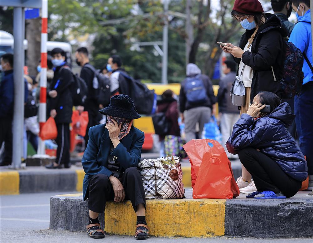 Chùm ảnh: Người dân lỉnh kỉnh đồ đạc quay lại Hà Nội sau kỳ nghỉ Tết, khu vực cửa ngõ Thủ đô kẹt cứng gần chục cây số-18
