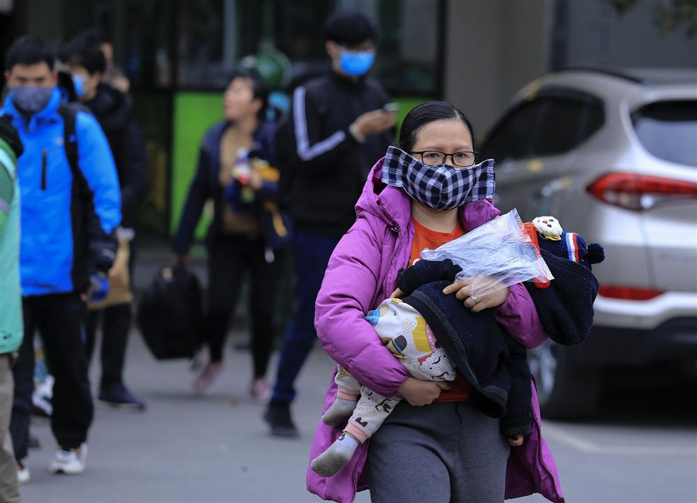 Chùm ảnh: Người dân lỉnh kỉnh đồ đạc quay lại Hà Nội sau kỳ nghỉ Tết, khu vực cửa ngõ Thủ đô kẹt cứng gần chục cây số-19